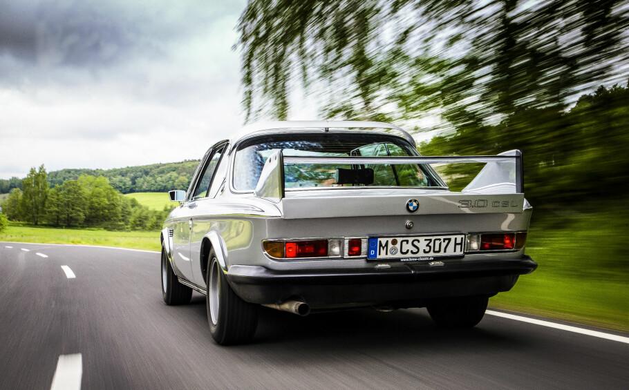 RESPEKT: Gresset i veikanten bøyer seg når «vår» 1973 3.0 CLS tordner forbi. Om det er av fartsvind eller ærbødighet er ikke godt å si. Foto: BMW