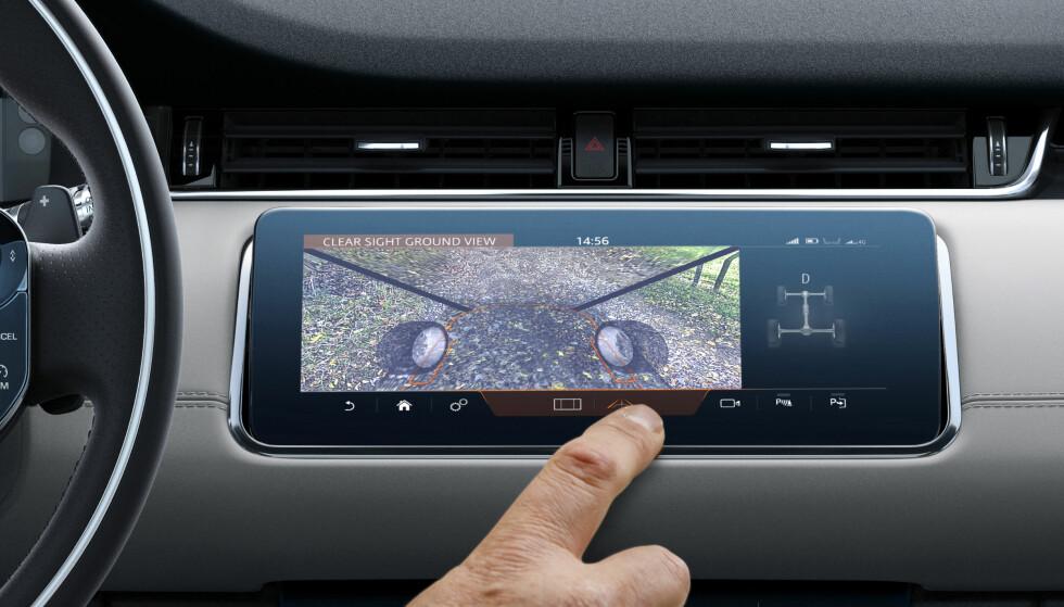 """""""GJENNOMSIKTIG PANSER"""": Kameraløsningen gjør at men ser foran bilen som om panseret ikke var der. Nyttig i terrenget eller med usynlige hindringer rett foran bilen. Foto: Land Rover"""