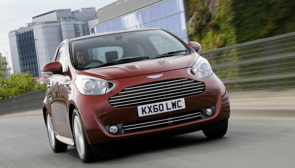 UVANLIG SAMARBEID: Er ikke det en Toyota IQ? Nei vent ... en Aston Martin!?!? Ja takk, begge deler. Aston Martin Cygnet er en ombygd Toyota IQ. Foto: Press