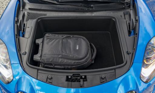 LITE PLASS: Dette er det eneste stedet å plassere baggasje. Den har ikke en gang hanskerom og lommer i dørene. Foto: Jamieson Pothecary