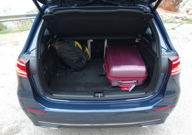 PÅ DET JEVNE: Minimumsplassen i bagasjerommet er faktisk litt mindre enn i forgjengeren, men det er mer praktisk. Foto: Knut Moberg