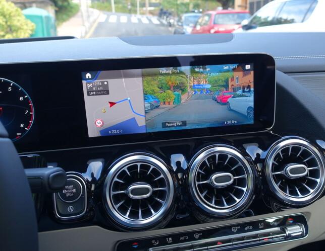 KJØRE-ASSISTENT: Dette er en utvidet funksjon innen navigasjonssystemet, der veien foran vises i 3D med aktive piler som peker og forteller hvor du skal kjøre. Foto: Knut Moberg