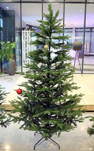 SKRINT I TOPPEN: Den øverste delen av Biltemas juletre ser ikke så bra ut, med godt synlig ramme og fester på grenene. Foto: Kirsti Østvang