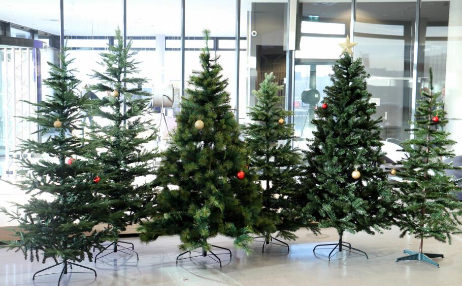 FAKE KAN VÆRE FINT: Et kunstig juletre kan være vel så pent som et ekte, i hvert fall på avstand. Foto: Kirsti Østvang