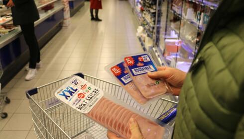 MYE SKINKE: I en familie på fire går det med en del skinkepålegg i løpet av ei uke. Familiefaren Morten står på butikken og lurer på om det lønner seg med én stor eller to små pakker, og han er nok ikke alene. Foto: Eilin Lindvoll.