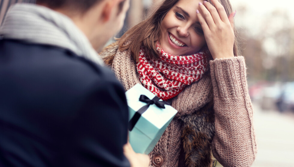 <strong>ULIKE GRENSER:</strong> En undersøkelse gjennomført av Danske Bank viser at det er svært ulike maksimumssum menn og kvinner planlegger på bruke på én gave. Foto: Shuttestock/NTB Scanpix.