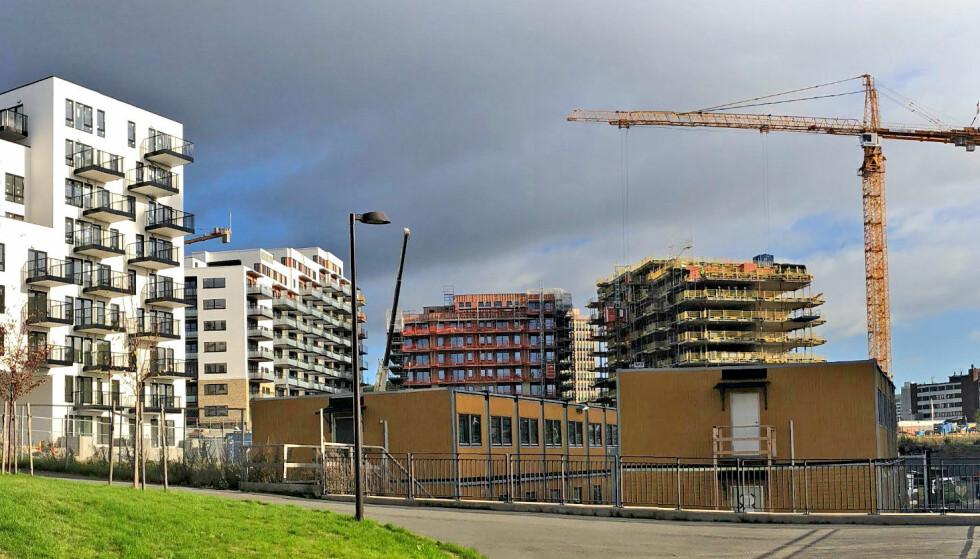 EIE ELLER LEIE: Selv om boligene har blitt dyrere de siste årene, har bokostnadene krympet for de fleste som eier egen bolig. Foto: Bjørn Eirik Loftås