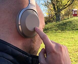 Betjeningen på Sonys 1000X-hodetelefoner gjøres via et touchpanel på høyre øreklokke, og det er dette som får problemer i kulda. Foto: Cecilie Pollen
