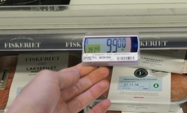 PRIS MED LITEN SKRIFT: I det venstre hjørnet av prisbrikkene kan du se hva varen koster per kilo, for eksempel ørretfilet som koster 99 kroner per pakke, med en kilopris på 141,43 kroner. Foto: Eilin Lindvoll.