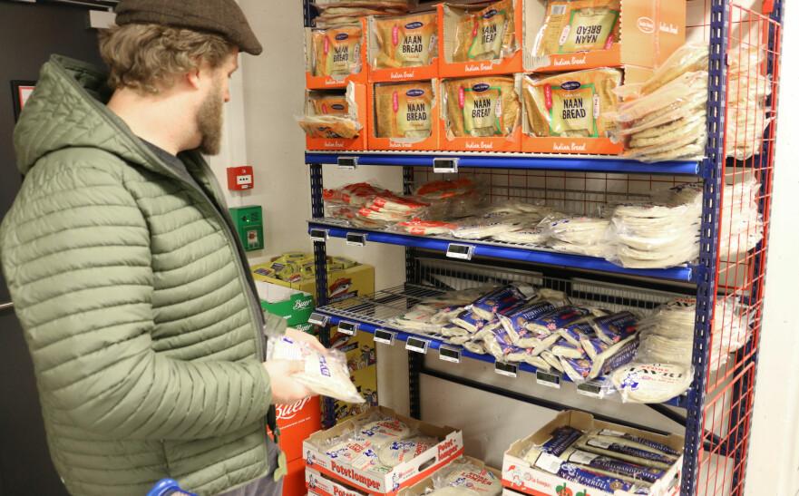 LOMPER: Morten Berland er tobarnsfar og skal storhandle for uka, og på handlelista står blant annet potetkaker. Men, på butikken er det mange ulike varianter med hver sin egen pris. Det er ikke så lett å finne ut hvilken prisbrikke som hører til hvilken pakke, synes han. Det er heller ikke så lett å finne ut av hvilket produkt som er det billigste. Foto: Eilin Lindvoll.