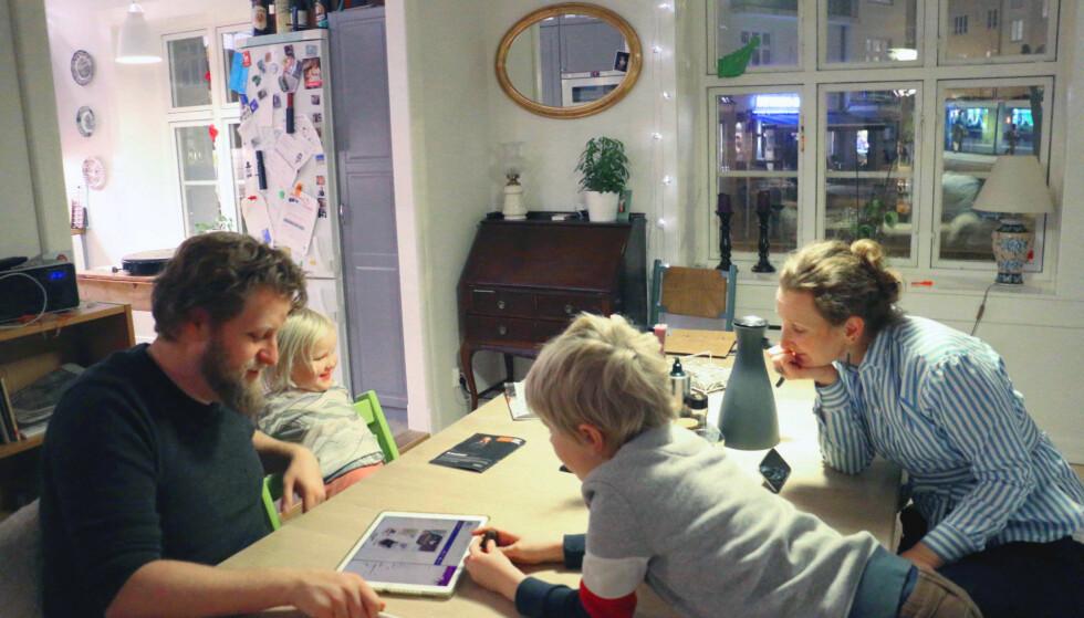 GJENNOMSNITTSFAMILIEN: En familie på fire, den såkalte «norske kjernefamilien», bruker rundt 8.560 kroner i måneden på mat, ifølge Sifos referansebudsjett. Men, hvor mye er det mulig å presse ned budsjettet? (Fra venstre) Morten, Ragnhild-Marie, Anne-Martha og Arne-Kristoffer har vært med i et prosjekt med Dinside, for å finne ut hvor mye de kunne kutte matutgiftene. Foto: Eilin Lindvoll.