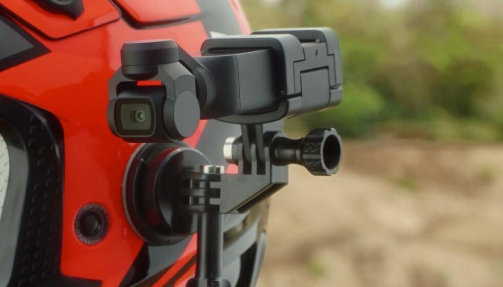 FLEKSIBEL: Osmo Pocket kan festes til hjelmer og andre ting med tilleggsutstyret, akkurat som GoPro. Foto: DJI