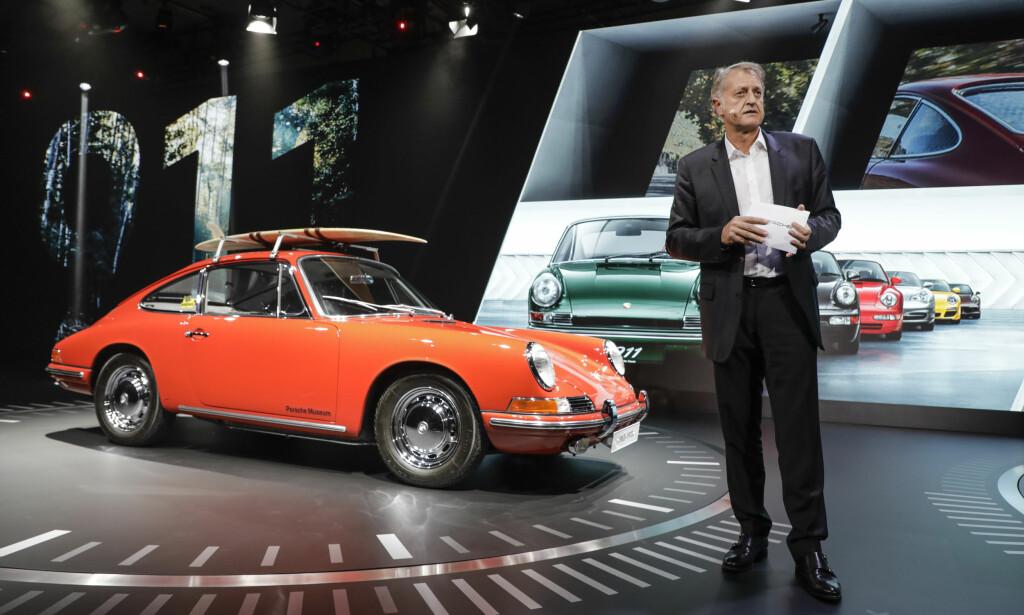KLISS LIK? Vel - stilt direkte ved siden av den 55 år eldre modellen ser den helt nye 992-generasjonen unektelig mer moderne ut. Men at de er i slekt, er likevel tydelig. Foto: Porsche