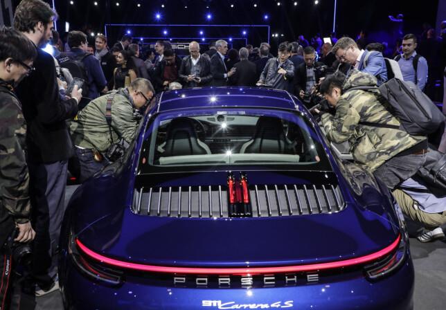 KAOTISK: Det skorter ikke på interesse når Porsche lanserer det som offisielt er 8. generasjon av Porsche 911, en bauta av en bil i sportsbilverdenen. Foto: Porsche