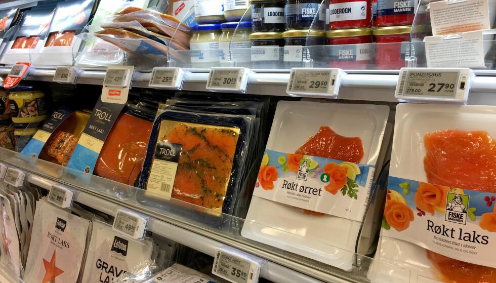 HVILKEN VELGER DU? Fremtiden i våre hender har kartlagt 15 lakseprodusenter som selges i norske butikker, med fokus på bærekraftig produksjon. Salma utpekes som best, men det er ingen som får full score. Fremtiden anbefaler at forbrukere bør velge fisk fra de oppdretterne som gjør mest for å redusere soyaforbruket og fase inn alternative fôr - og å gi selskapene beskjed om at de vil ha laks som har spist bærekraftig fôr, for eksempel på Facebook. Foto: Kristin Sørdal
