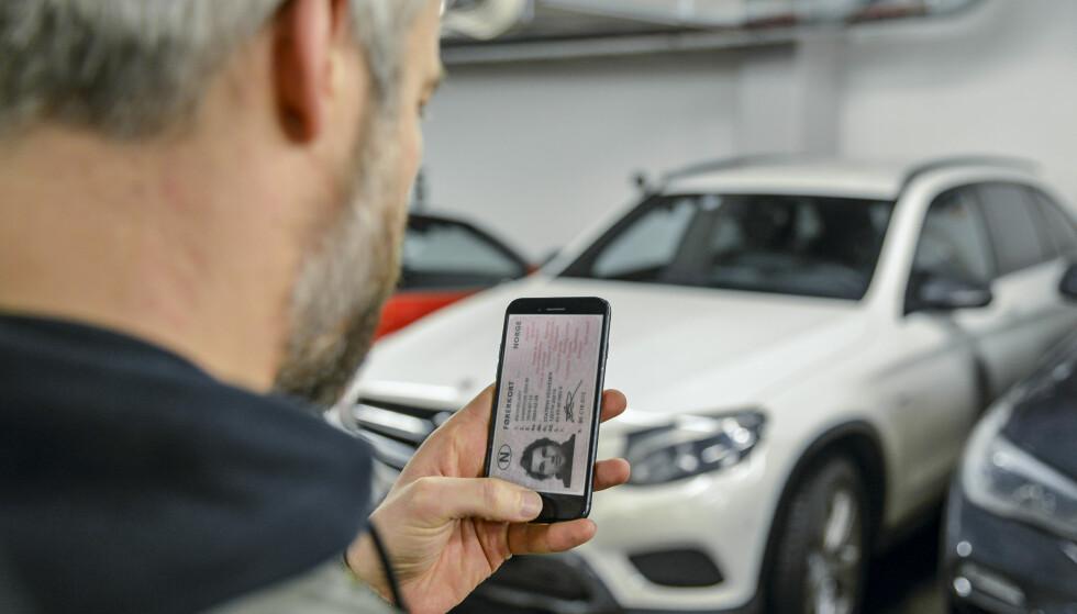 KOMMER? Vegdirektoratet jobber med å finne løsninger for å digitalisere førerkortet i Norge. Det er imidlertid ikke mulig å ta bilde av eget førerkort og bruke det man har lagret på mobiltelefonen. Illustrasjonsfoto: Jamieson Pothecary