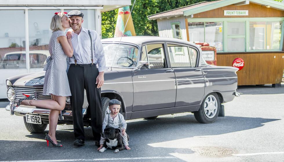 TIDSRIKTIG: Storebror Nils Halvard og hans samboer Sara og lille Oskar får innimellom låne Martes flotte Hillman. Foto: Inger Nedberg