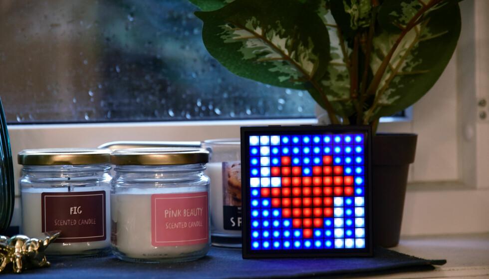 ARTIG SAK: Timebox Mini er en Bluetooth-høyttaler med «skjerm» på den ene siden. Foto: Pål Joakim Pollen