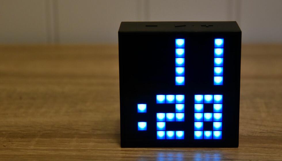 KLOKKE: Divoom Timebox Mini kan vise ulike ting i displayet – her er klokka, som du kan konfigurere i valgfri farge og lysstyrke. Foto: Pål Joakim Pollen