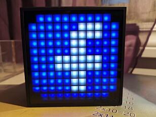 VARSLER: Timebox Mini kan lyse opp når du mottar et varsel på telefonen. Foto: Pål Joakim Pollen