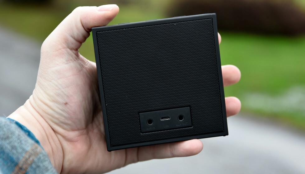 INN OG UT: I tillegg til Bluetooth, kan du koble enheter til Timebox Mini med kabel. Den har også AUX-utgang, slik at du kan sende lyden videre til et større anlegg. Foto: Pål Joakim Pollen