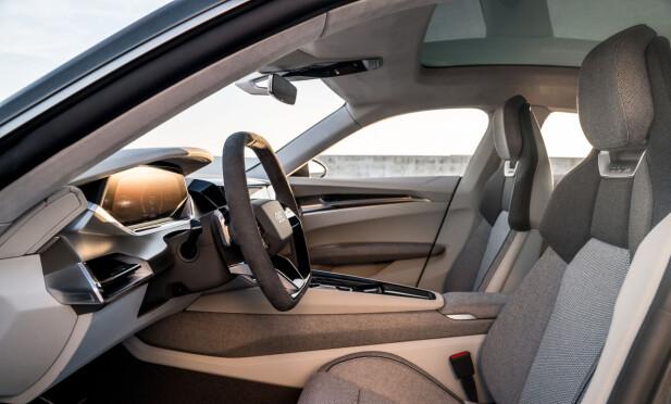 FOR VEGANER: Det er ingen spøk: Det for øvrig høyteknologiske interiøret i Audi e-tron GT er garantert vegansk. Og teppene er laget av... resirkulerte fiskegarn (!) Foto: Audi