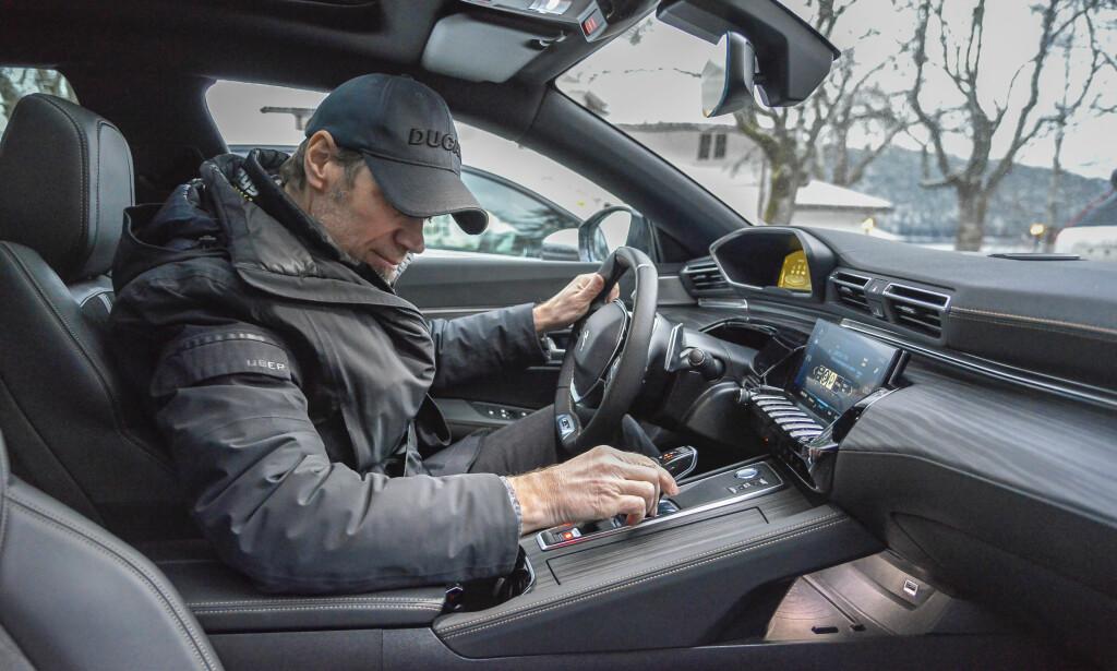 DETALJER: Industridesigner Bård Eker likte seg godt i kupeen til Peugeot 508. Dem er annerledes enn alt annet. Foto: Jamieson Pothecary