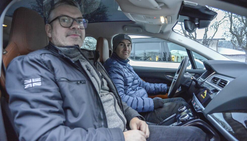 Søren Hyltoft ,PR sjef Jaguar/Landrover Skandinavia, har invitert inn Mads Pedersen - Produktsjef i Ford, inn i I-Pace. Foto: Jamieson Pothecary