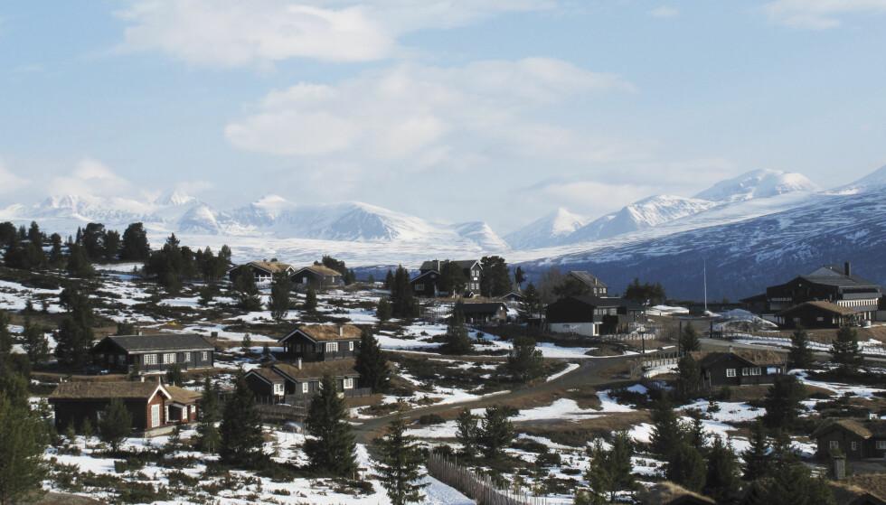 HYTTEFELT: Tre av fire nye hytter i 2016 og 2017 ble bygd i hyttefelt. Snart vil over halvparten av norske hytter og fritidsbygg være i tettbygde områder. Bildet viser hyttefelt i Kvamsfjellet i Gudbrandsdalen, Rondane i bakgrunnen. Foto: NTB scanpix
