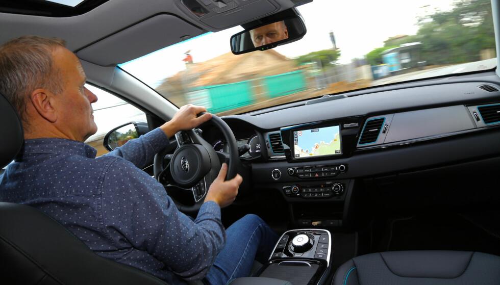 MYE KOMFORT: Etter noen timer bak rattet i Kia e-Niro, kan v slå fast at den er lettkjørt og komfortabel på veien. Foto: Julian Mackie