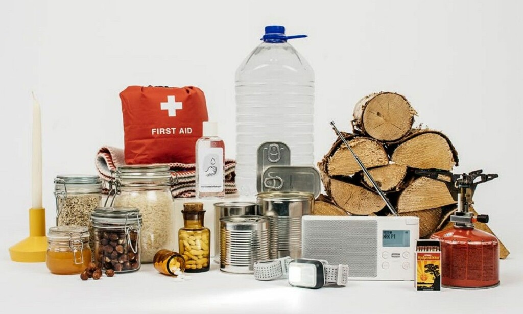 DETTE BØR DU HA TILGANG TIL: DSB har laget en brosjyre der de blant annet kommer med forslag til mat og utstyr du bør ha i hus til en hver tid, i tilfelle krisesituasjoner skulle oppstå. Foto: DSB