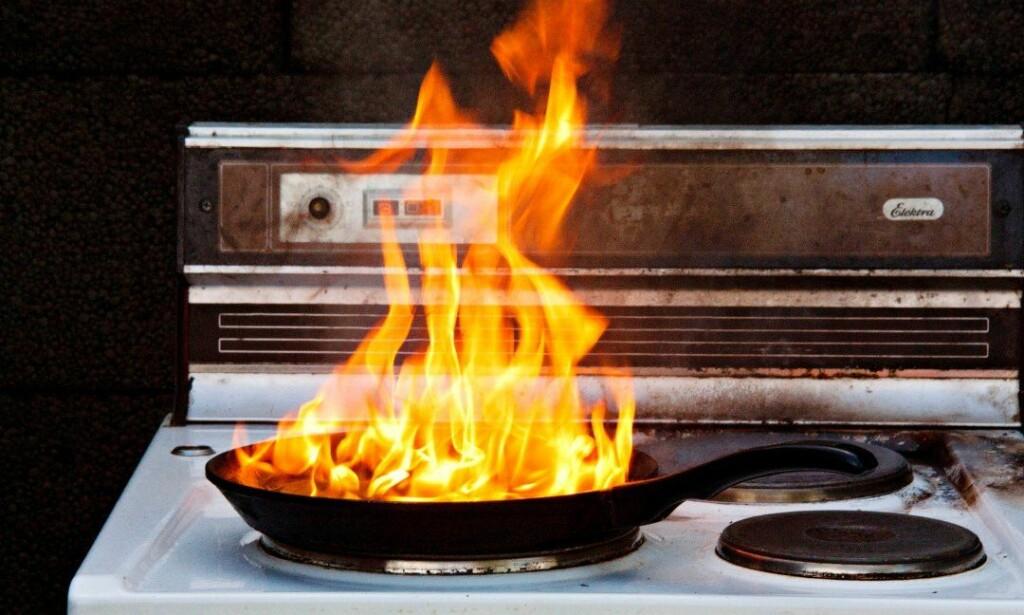 BRANNFARE: Både If og Brannvernforeningen advarer mot å slokke kokeplatebranner med brannteppe. Bildet er tatt i forbindelse med Brannverforeningens forsøk i 2014. Foto: Thor Adolfsen, Brannvernforeningen.