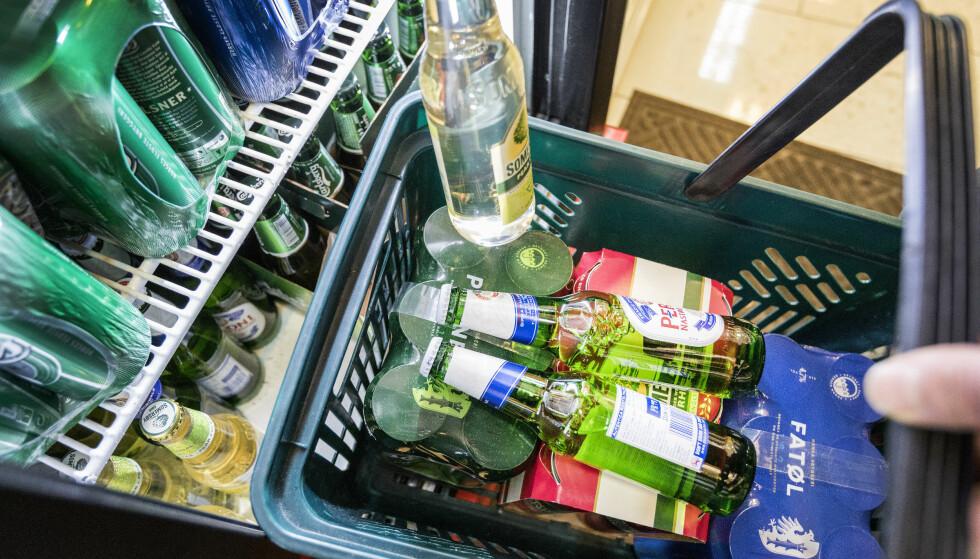 VI KJØPER MER ALKOHOL: Alkoholomsetningen målt i antall liter ren alkohol økte med 0,5 prosent i årets tredje kvartal sammenlignet med samme periode i fjor. Rusbrus går mest opp. Foto: NTB scanpix