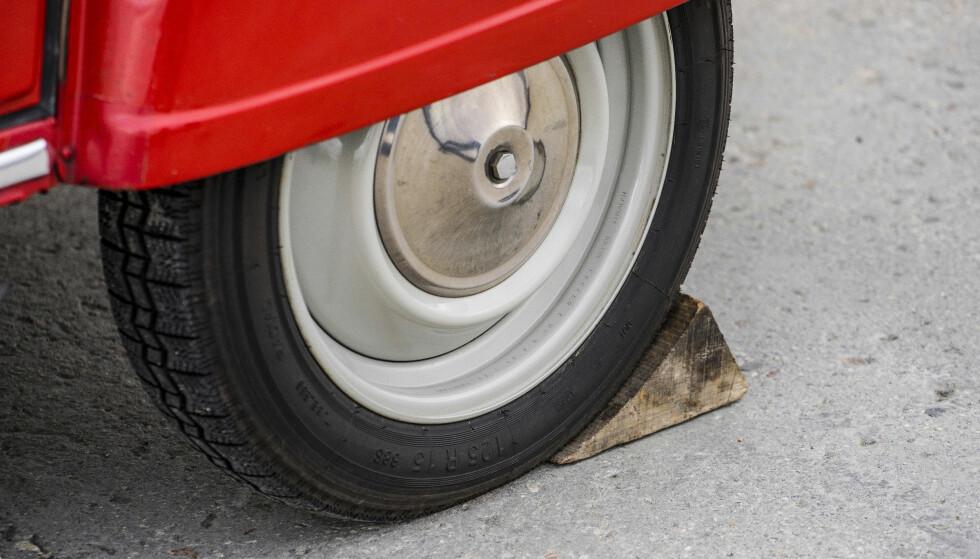 HÅNDBREKK: Trekloss med innlagt parkeringsfunksjon var standard på Citroën 2CV. Foto: Paal Kvamme