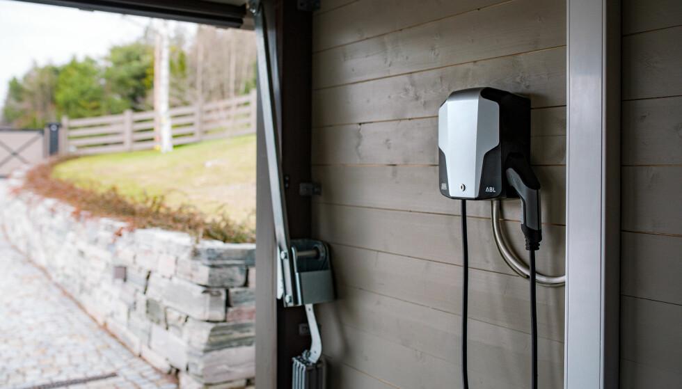 TEST AV LADEBOKSER FOR ELBIL: ADAC har testet 12 ladebokser for lading av elbil hjemme. Elbilladerne er testet på sikkerhet, brukervennlighet og pålitelighet. Vinneren er denne som du ser på bildet, eMH1 fra ABL. Foto: ABL
