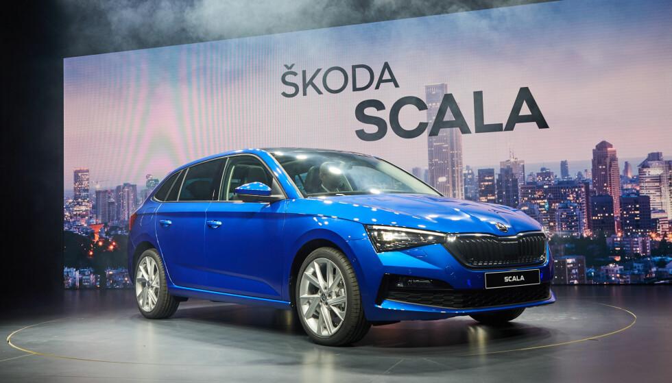 STØRRE SKALA: Scala er en helt ny modell i Golf-klassen og med sine 436 centimeter i lengden er den en god del større enn Volkswagen-referansen. Her vises den første gang under en pressevisning i Tel Aviv. Foto: Skoda