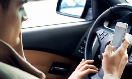 image: Nå skal mobiltasting straffes med to prikker på førerkortet