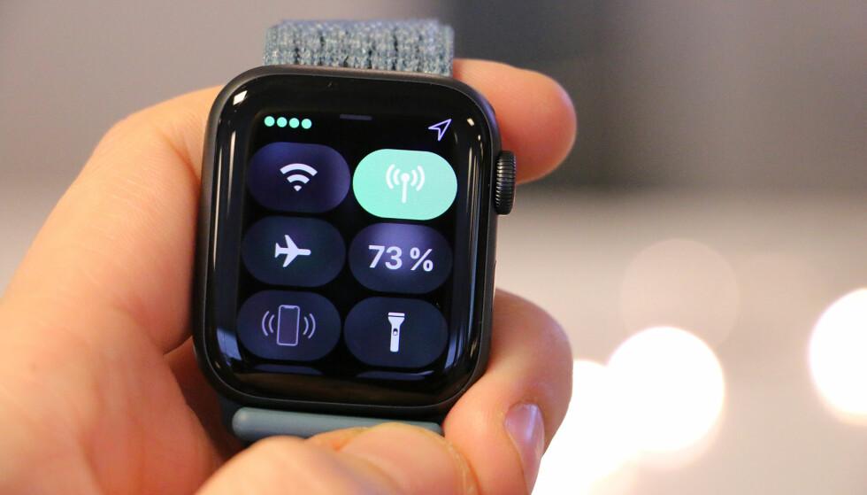 HVIT ELLER GRØNN: Når Apple Watch er koblet til mobilnettet, vil mobilknappen være grønn. Når den er koblet til iPhone eller Wi-Fi, vil den være hvit. Foto: Kirsti Østvang