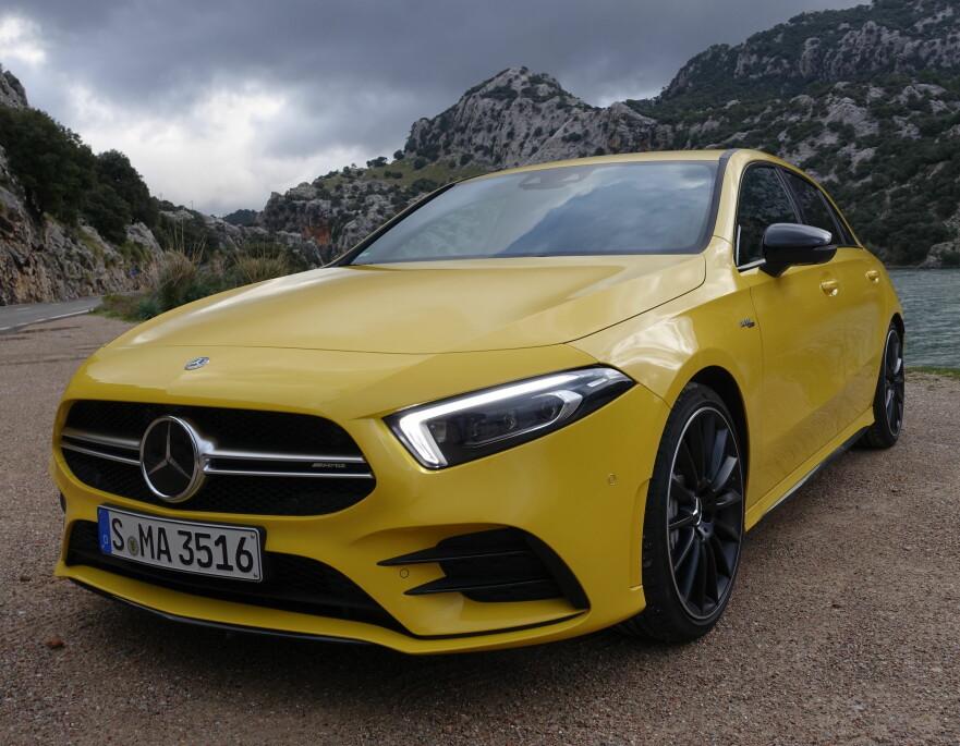 GUL OG KUL: Mercedes-AMG A 35 4Matic er foreløpig toppmodellen i den nye A-klasserekken. 306 hester og firehjulsdrift gir bilen dynamiske egenskaper på høyt nivå. Stjernekonkurrent til VW Golf R og dens like. Foto: Knut Moberg