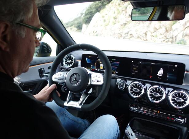 KLASSELEDENDE: Ingen annen kompaktklassebil er i nærheten å ha et teknologi- og opplevelsesnivå som A 35. Den førerorienterte cockpit-en oser av kvalitet og luksus, og det herlige AMG-rattet, her trukket i alcantara, bidrar til å inspirere kjøreglede. Foto: Audun Hermansen