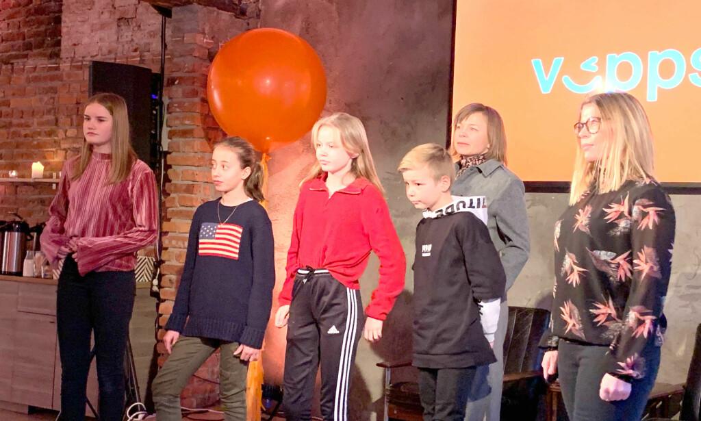 NÅ KOMMER VIPPS FOR BARN: Her et panel med barn og voksne som har fått testet det i forkant. Barna fra venstre: Mathea, Petronella, Lila og Leonard. Mor til Lila og Leonard i bakgrunnen og Elisabeth Barrie i Vipps helt til høyre. Foto: Eilin Lindvoll