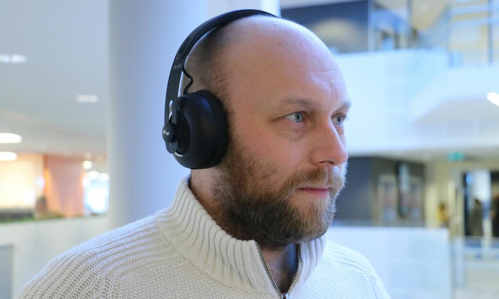 NOE HELT SPESIELT: Nuraphone ser ut som vanlige hodetelefoner, men på innsiden stikker det en tut inn i øret ditt. Det gir en lydopplevelse helt utenom det vanlige. Foto: Bjørn Eirik Loftås