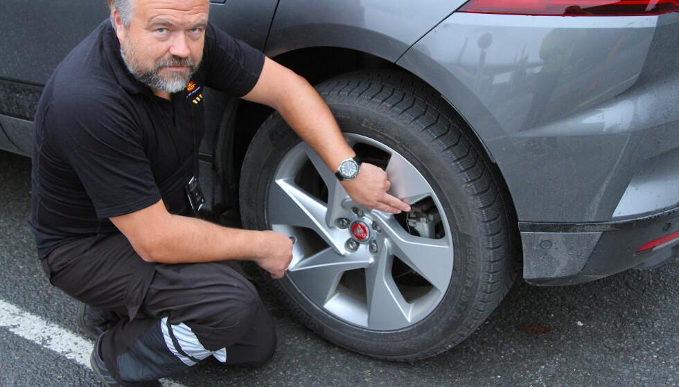 FARLIG RUST: – På elektriske biler som bremser bare du slipper gasspedalen, er de vanlige bremsene nesten aldri i bruk. Derfor oppstår det lett rust, sier Erik Dammen, som er leder av Trafikkstasjonen på Risløkka i Oslo. Foto: Rune Korsvoll