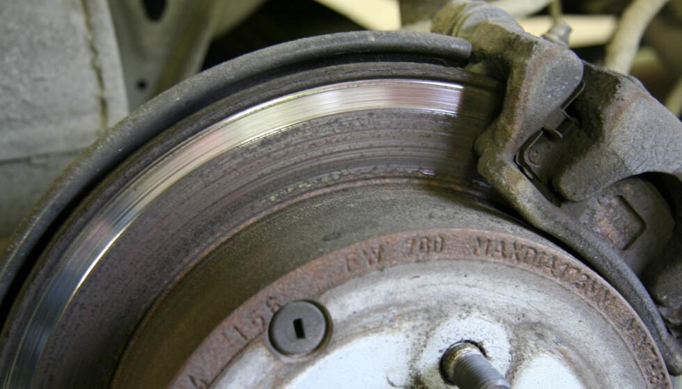 DYRT: Dersom du må skifte bremseskiver, klosser og kalipere, slik som her, kan det fort bli snakk om en kostnad på 10.000 kroner bare for bremsene bak. Foto: Rune Korsvoll