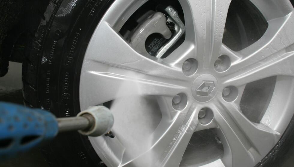 SPYL RENT: Sørg for å fjerne salt og skitt ved å spyle ren bremseskiver og kalipere med jevne mellomrom. Foto: Rune Korsvoll