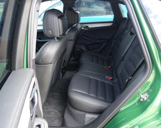 GREIT NOK: Plassutnyttelsen er ikke Macans sterke side, men heldigvis er bilen dimensjonert tilstrekkelig til at voksne også kan sitte bak. Men det er ikke der man vil være når svingene kommer tett i høy fart. Foto: Knut Moberg