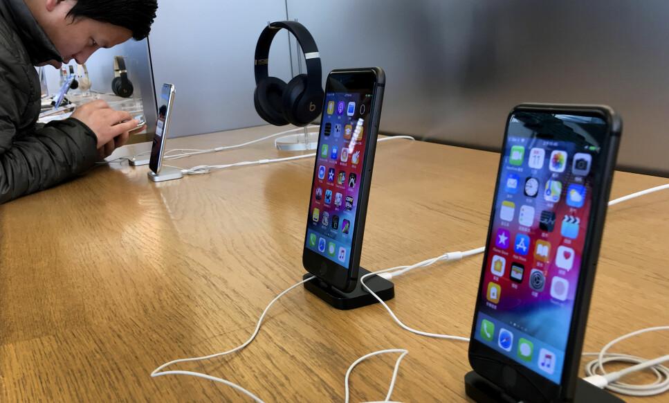 iPHONE: Apple sier at de fortsetter salget av iPhone i Kina. Foto: Andy Wong/AP