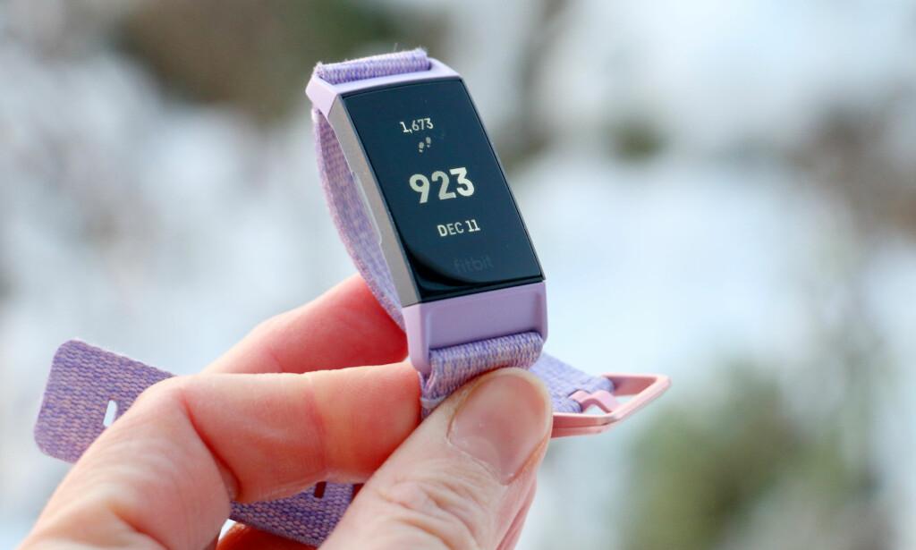 POPULÆR: Fitbit er den største aktøren innenfor aktivitetsmålere og aktivitetsarmbånd. De ser pene ut, er enkle å bruke og er hyggelig priset. Foto: Kristin Sørdal