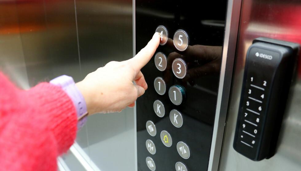HEIS-REGLER: I Norge er det registrert 25 skader i forbindelse med heis, siden 2014. De vanligste skadene er klem- og fallskader. Du kan selv påvirke hvor trygg heis-turen din blir, ved å ta visse forholdsregler: Å ikke hoppe i heisen er en av dem. Foto: Kristin Sørdal