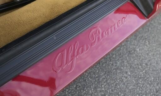 LEKERT: Ingen klistremerker her, Alfa Romeo er stanset ut i bilens karroseri. Foto: Paal Kvamme